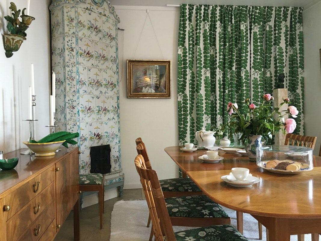 1-the-dining-room-in-annes-house-millesgarden-fitterd-with-josef-frank-furniture-by-estrid-ericson-millesgarden